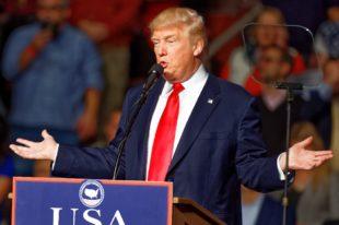 Donald Trump wrth ddarllenfa