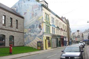 Murlun gan yr artist Ed Povey yng Nghaernarfon