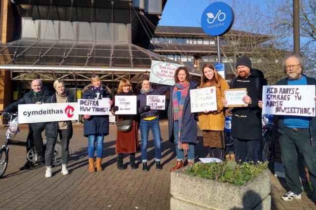 Protest tu allan i swyddfeydd Cyngor Caerdydd i bwyso am ysgol Gymraeg Plasdwr