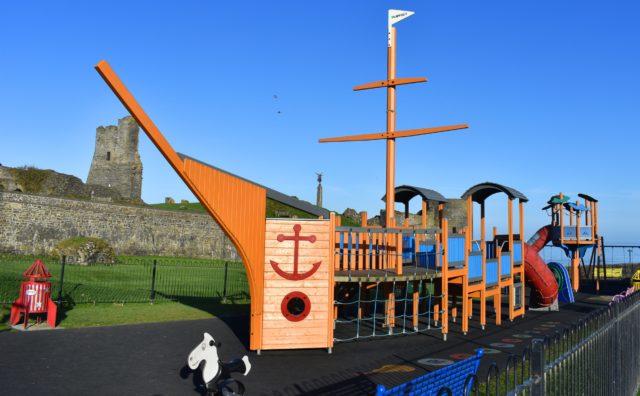 Cyfarpar chwarae ym maes chwarae'r Castell, Aberystwyth